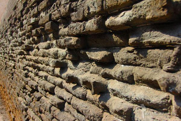 民居,以砖墙瓦顶的木结构四合院为主,布局严谨,左右对称,尊卑有序.