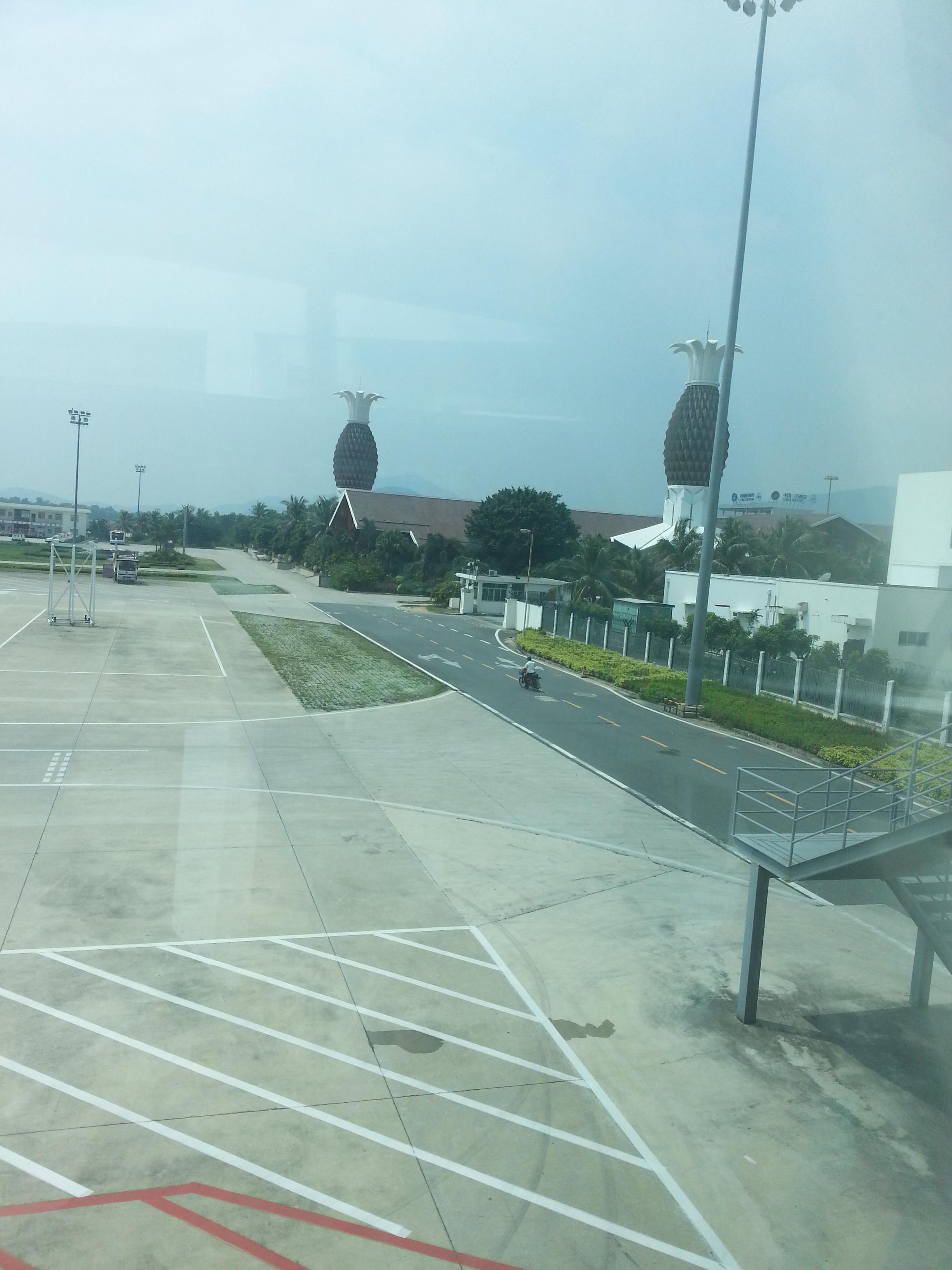 到凤凰国际机场后,忍不住对着极富热带特色的建筑前留影,下飞机不久