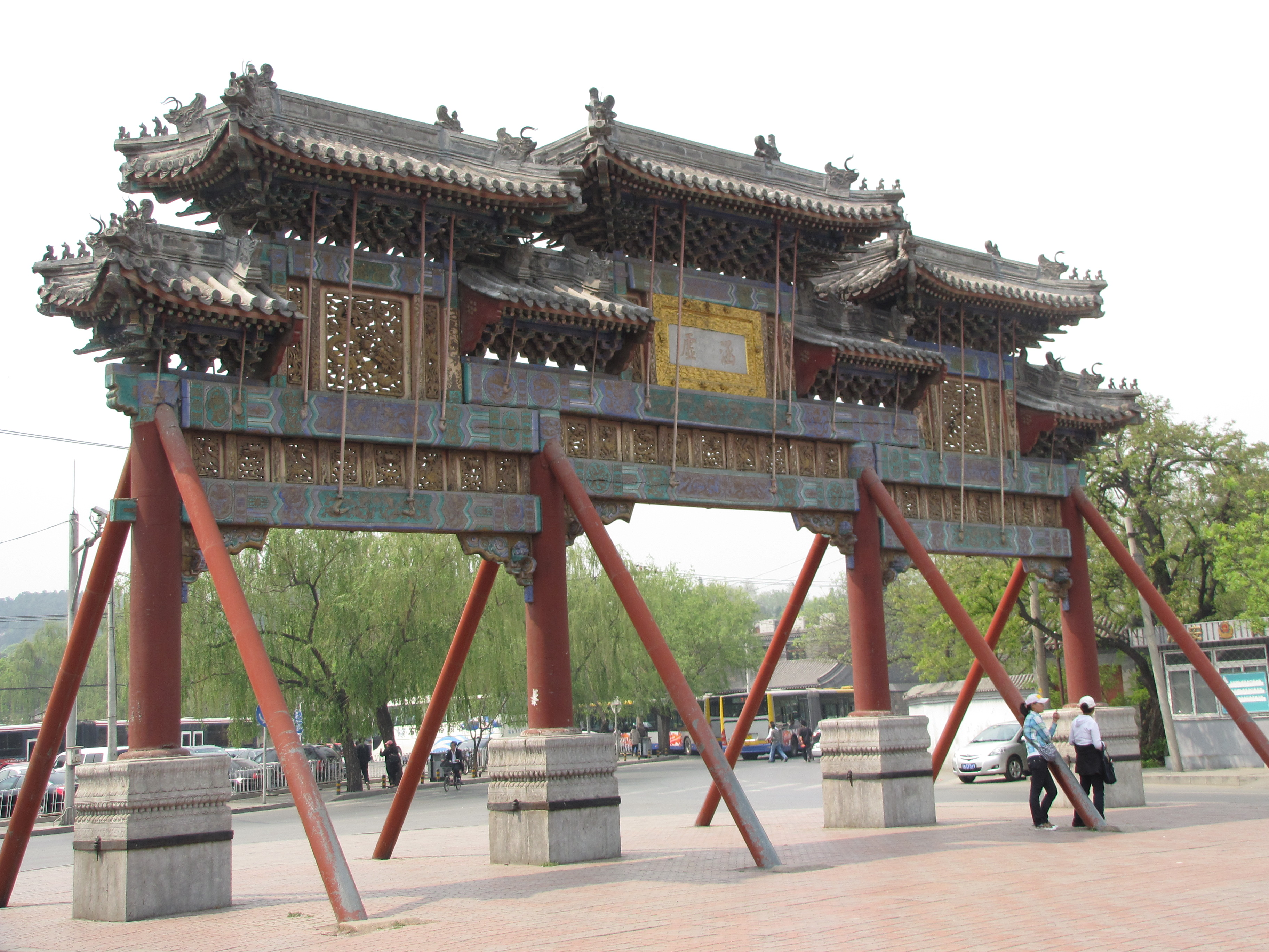 颐和园的牌楼都很精致 关裕年 从明、清两代至今,北京的牌楼就是北京城市建筑装饰与地标性标记必不可少的了。小的时候,对于北京的地形图就是靠牌楼定位的,由于我家住在东城,所以,从小开始,第一个认识的就是东单牌楼,向北走(我的小学史家胡同小学在东单和东四的中间)就可以到东四牌楼。以后去西边就是西单牌楼,从西单牌楼向北就是西四牌楼,总之我们的路的概念就是靠牌楼组成的。 后来北京不断的扩建、拆迁,很多牌楼就被拆了或者是挪走了,最明显的就是北海公园,有的地方牌楼摆放的就很密集,似乎有的就是多余的,可以估计到,政府把路