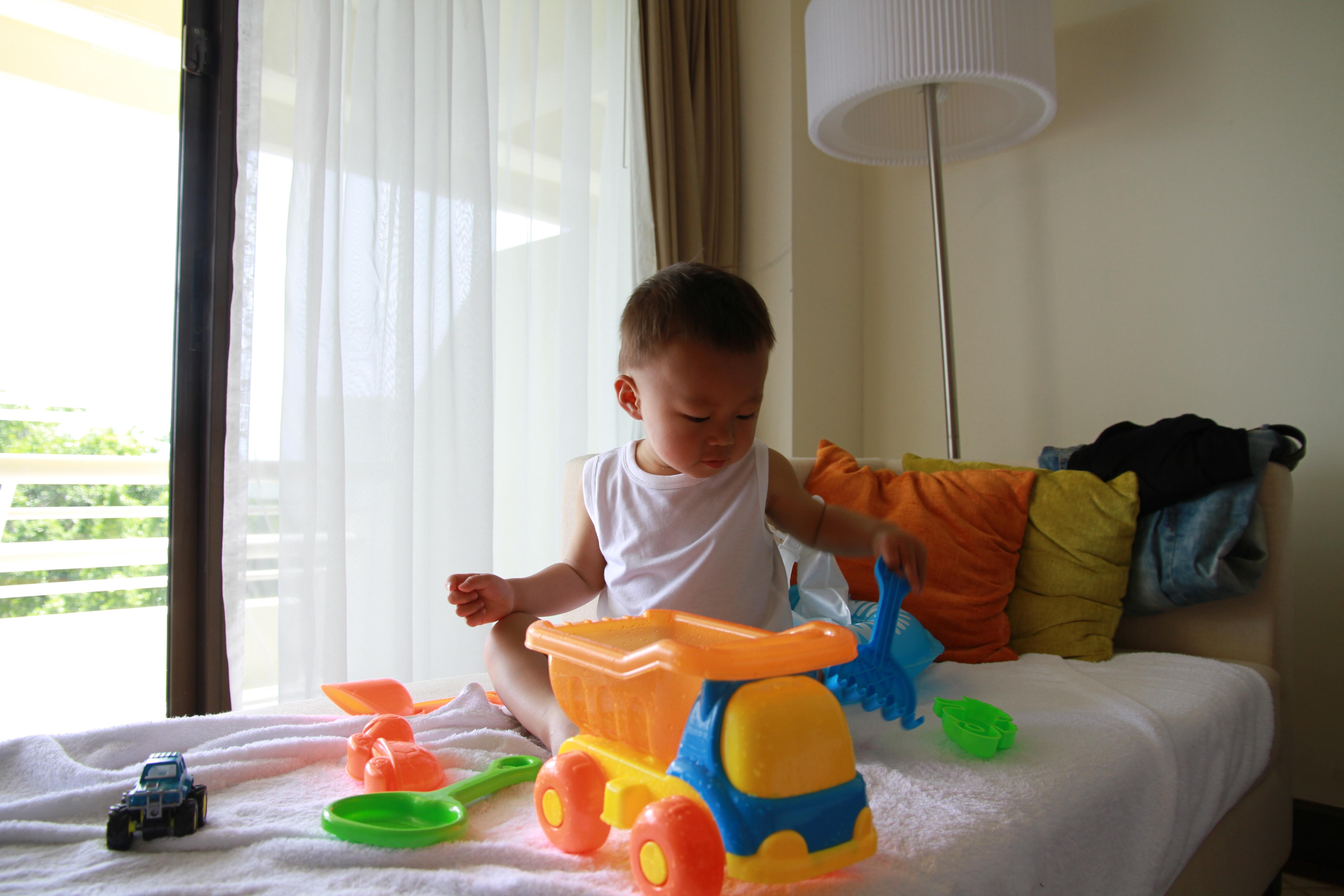 多多小朋友在酒店房间里准备他的挖沙工具呢