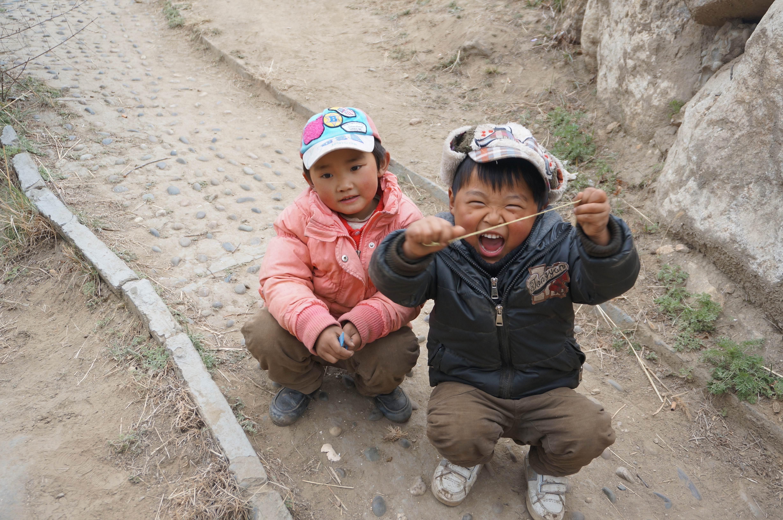 这两个小孩好可爱