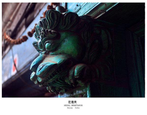 看着那些刻画着繁复花纹的宫殿,庙宇和石头雕像,感受着古城中从容安静