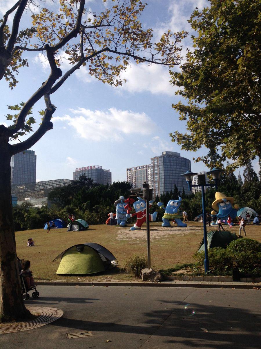 """长风公园是一座市中心的免费综合山水公园,靠近华东师范大学,占地36.6万平方米,其中水域面积超过了三分之一。公园以大草坪、假山和人工湖为亮点,除了配有水陆游玩项目外,还坐落着海洋世界和赛车馆,是市民周末节假日休闲放松的地方。两年一届的上海国际花卉节也在这里举行。 长风公园东邻华东师范大学,南近吴淞江(苏州河),西靠大渡河路,北临怒江路。公园于1956年建成,取""""愿乘长风破万里浪""""之意定名,并把公园内人工湖取命名为银锄湖,人造山命名为铁臂山。全园浓荫青翠,山麓广植翠竹苍松,湖畔柳树成"""