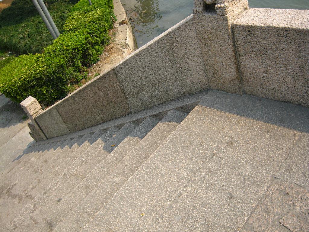 我愿化身石桥,受那五百年风吹,五百年日晒,五百年雨淋,只求你从桥上