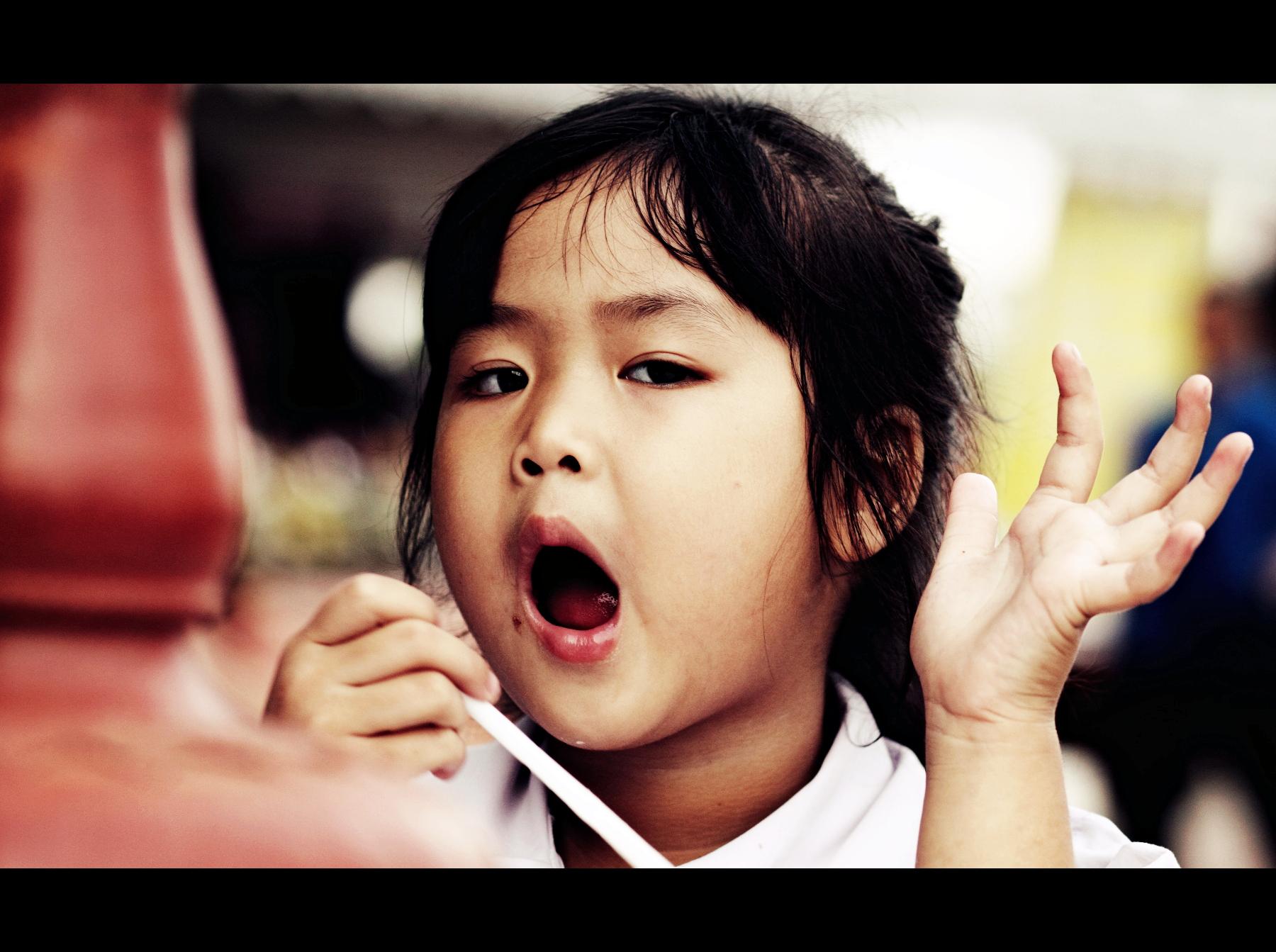 可爱的小女孩,一面吃着零食,一面侃侃而谈