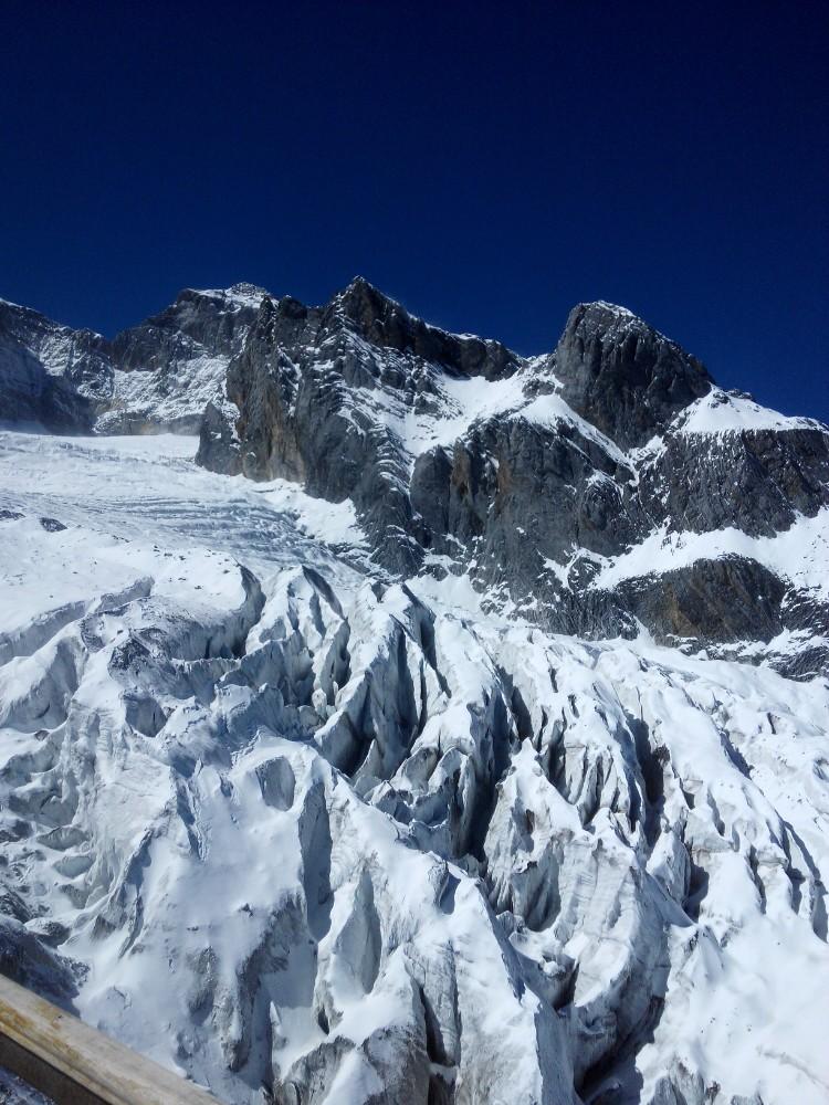 """玉龙雪山是丽江最著名的景点之一,也是纳西族心中的神山,一共13座山峰连绵起伏,似银龙飞舞,因此得名。景区内可以直接乘坐索道上山,轻松欣赏高海拔冰川的瑰丽,是很多游客来此游玩的亮点。 雪山概述 玉龙雪山以""""险、奇、美、秀""""著称。从山脚到山顶,有亚热带、温带、寒带等多级景观逐级。"""