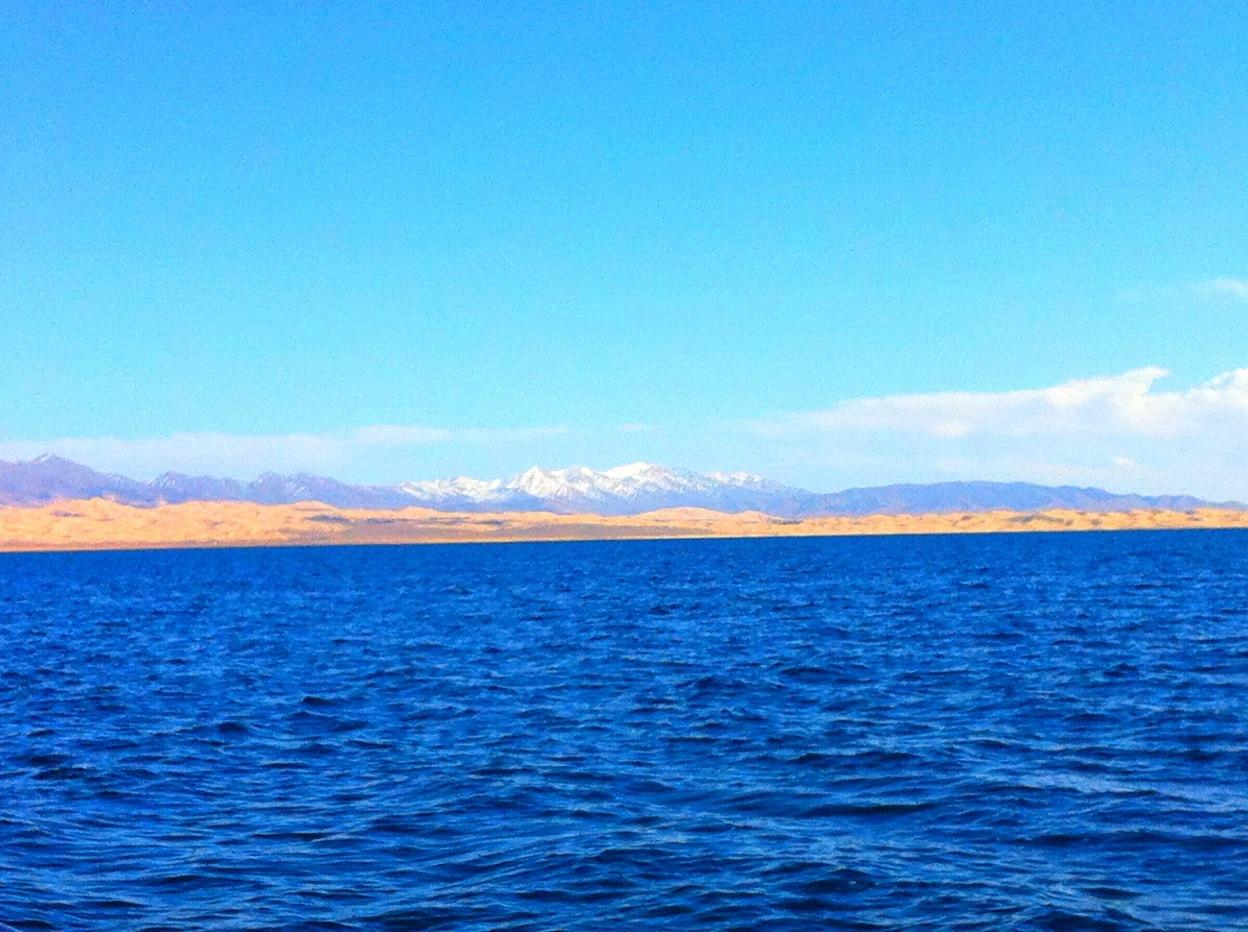 青海湖是中国最大的内陆湖泊,也是青海省名称的由来。湖泊地域面积辽阔,环湖一圈约360公里,湖水浩瀚无边又蔚蓝空灵。湖的周围被群山环抱,而贴近湖畔则是苍茫的草原,景色壮观优美,可供观赏的地带和景观很多,是游玩青海最重要的景区。 游玩青海湖只去一侧,也可以环湖游。若简单看湖大多游客会选择在湖南一侧,这里草原如茵景色最为优美。可以不进景区,通过当地藏族人的草场走到湖边观湖,还可以享受骑牦牛、骑马等娱乐活动。若环湖则可包车从西宁出发,顺时针游览一圈,这也是当地藏民朝圣神湖时转湖的方向。 青海湖的周边开发了一些景点