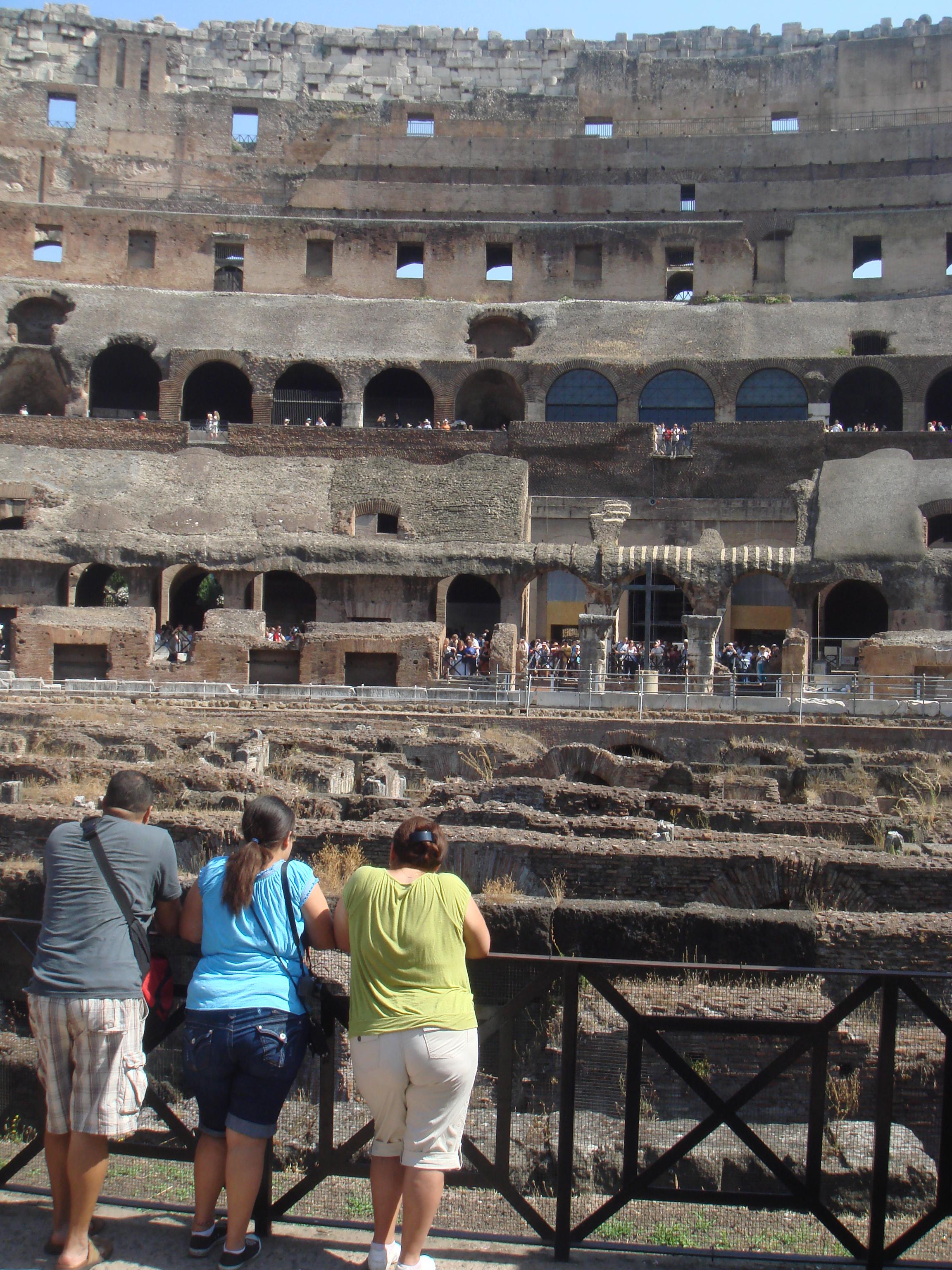 斗獸場由韋帕薌(Vespasian)皇帝下令修建,是古羅馬當時為取悅凱旋而歸的將領士兵和贊美偉大的古羅馬帝國而建造的。在其兒子圖密善在位期間建成,是古羅馬帝國標志性的建築物之一。斗獸場建在另一個羅馬皇帝尼祿的金宮(Domus Aurea)原址之上,這個宮殿在公元64年發生的羅馬大火中被燒毀。斗獸場是古羅馬舉行人獸表演的地方,參加的角斗士要與一只野獸搏斗直到一方死亡為止,也有人與人之間的搏斗。根據羅馬史學家狄奧·卡西烏斯(Dio Cassius)的記載,斗獸場建成時羅馬人舉行了為期100天的慶祝