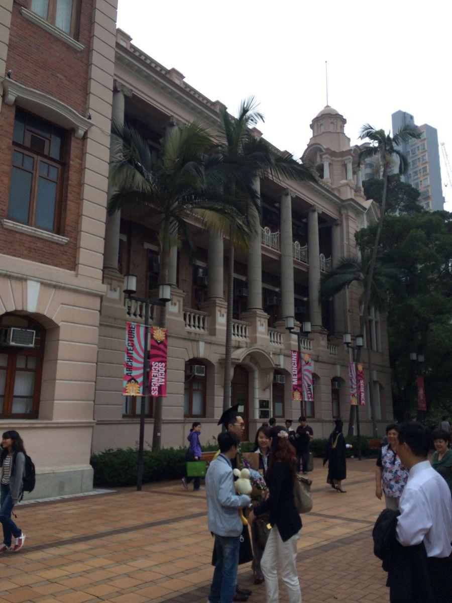 香港大学是香港这边最有名气的大学之一,就坐落在香港岛的西南部,过来这边交通也是比较的便利,以前的话要转小巴过来,现在直接从地铁站出来,就能够走入这个有悠久历史的校园。里面并不算特别的大,比起香港中文大学这里的面积小多了,但是整体来说非常的人性化,每一个地方连接起来,建筑物都是有顶棚的,过来的时候刚好是下雨天,所以通过雨棚可以走去校园最远的地方。这边的学生也是相当的热情,有礼貌,当然,由于一些情况,某些外界对这家学校的风评并不是那么的好,毕竟他引领着香港这边学生的一些动态。&#x0A