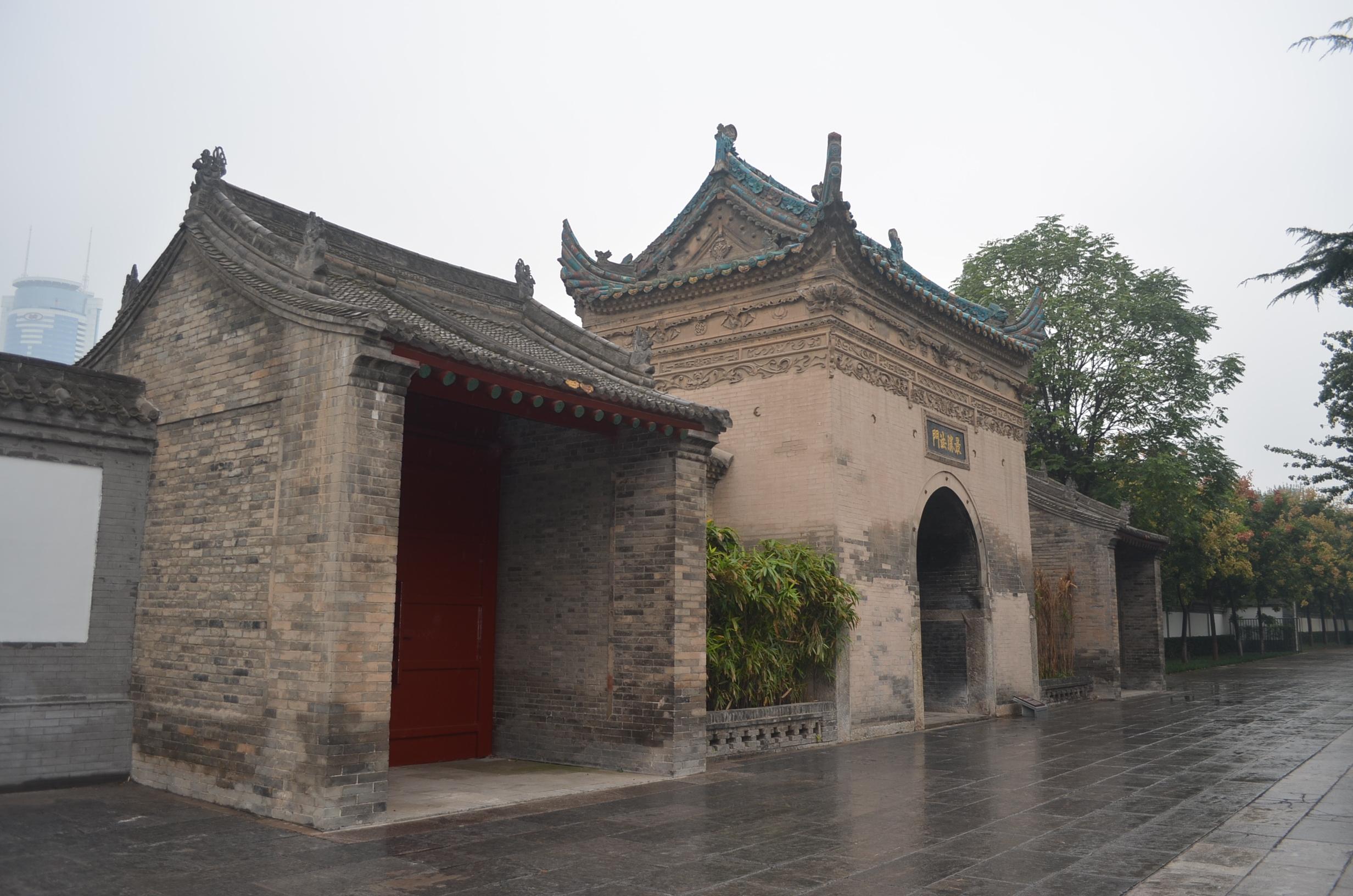 """砖木结构建筑.北面嵌有明代""""最胜法门""""石刻匾额"""