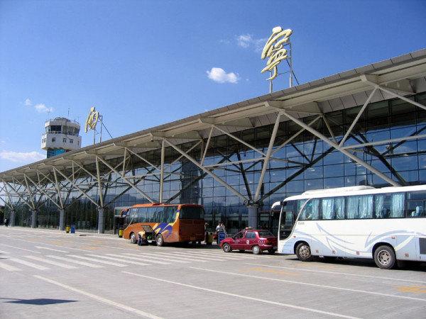 飞机(到西宁)  西宁曹家堡机场是距贵德最近的机场,海拔2178m,位于西宁市以东29km,北京、上海、广州、西安、成都、青岛、沈阳、拉萨、乌鲁木齐等地都有航班直飞西宁。凡是到达西宁曹家堡机场的航班,无论多晚,都会有大巴将旅客送至市区,票价一律21元/人,终点站为市区中心广场。从机场打车到市区的价格为100元左右。 地址:西宁市城东区曹家堡 联系方式: 旅客问询:0971-8188222 机场补票:0971-8188215 行李查询:0971-8188190 旅客投诉:0971-8188114 机场大巴:
