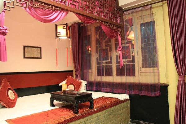 房间一侧是老式的木头挂衣架