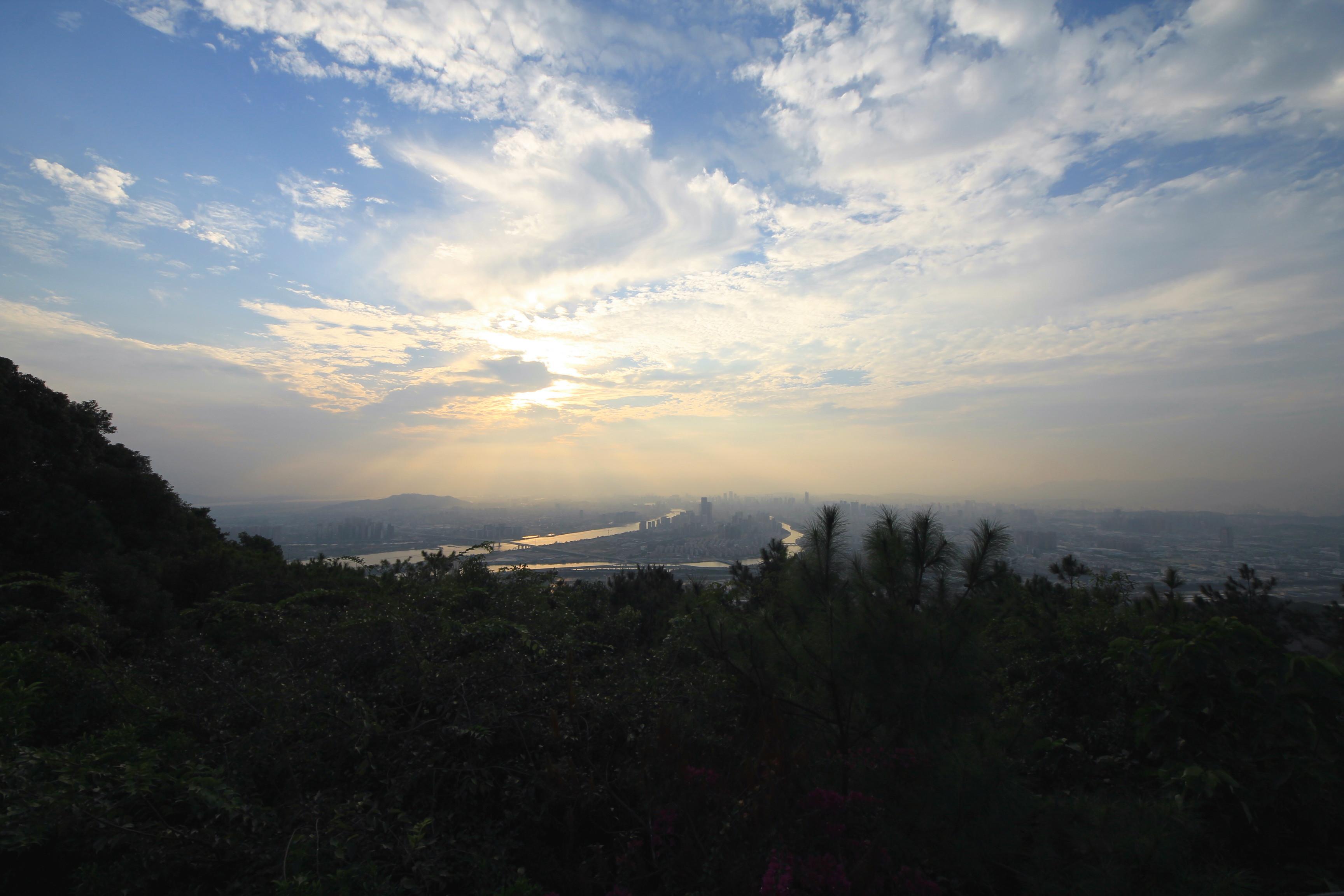 鼓山风景名胜区位于福建省会所在地福州市东大门, 主峰海拔969米,总面积48平方公里, 分为鼓山、鼓岭、鳝溪、磨溪、凤池白云洞五大景区。 自宋朝至今皆为游览胜地,是福建省十佳风景区之一。 鼓山风景名胜区相传山颠有一巨石平展如鼓, 每当风雨之际,便发出隆隆的声音, 象鼓声绵绵不绝地在山间回荡,故名鼓山。 景区峰、峡、岩、洞260余处, 久负盛名有白云峰、狮子峰、喝水岩、蟠桃林、 八仙岩、忘归石、仙迹石、白云洞、灵源洞