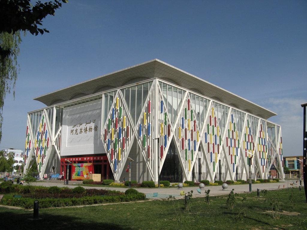 建筑的外立面装饰着钢架组成的巨大菱形图案