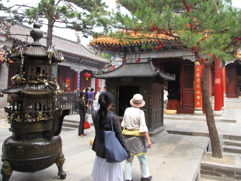 泰山的碧霞祠有千年的历史高清图片