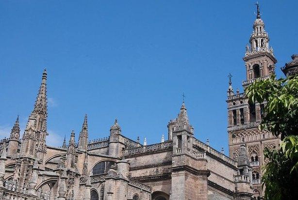 塞维利亚大教堂所在地原为塞维利亚大清真寺,15世纪清真寺被拆毁,在原址上建造塞维利亚大教堂。它是世界五大教堂的第三位,仅次于罗马圣彼得大教堂和米兰大教堂。整个建筑属于西班牙哥特艺术鼎盛时期的风格,同时也夹杂着阿拉伯建筑艺术的风格。哥伦布的灵柩1898年由古巴运回西班牙后,埋葬在教堂中的哥伦布墓。