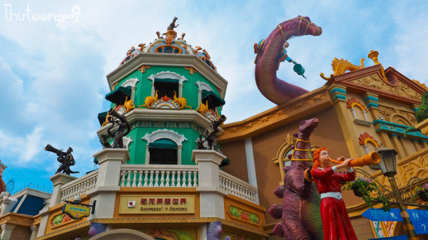 一个游乐园 类似北京的欢乐谷 只是里面的游乐项目都是以恐龙为主题的
