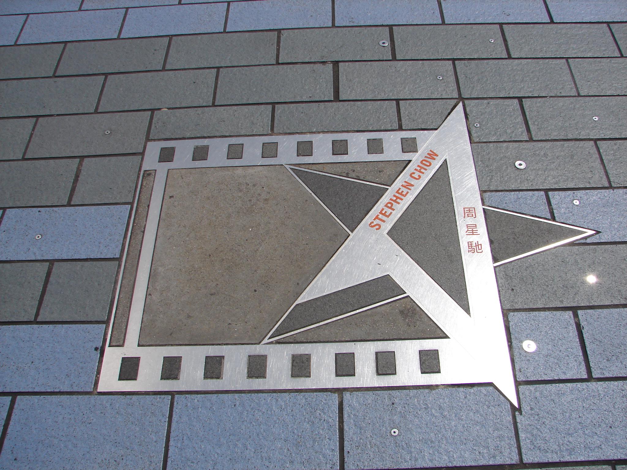 星光大道是位于尖沙咀维多利亚港岸边的一段观景海滨长廊,它效仿洛杉矶好莱坞的星光大道,为纪念香港电影业的发展史,将杰出电影工作者的芳名与手掌印镶嵌在特制的纪念牌上,并以年代依次排列展示。 星光熠熠 星光大道如今也成为了到港游客的必来之地,它全长440米,从香港艺术馆旁延伸至新世界中心。这些手印有大家熟悉的明星刘德华、周润发、梁朝伟,也有吴思远、吴宇森、王家卫等著名导演,看到喜爱的偶像就赶紧合影留念吧。 除手印外,星光大道上还有许多铜像,其中最有名的要数李小龙的铜像,几乎已经成为了星光大道的标志。铜像高2米,