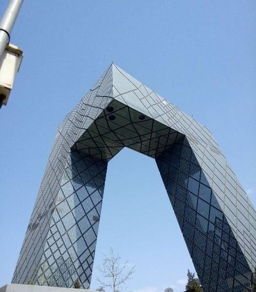 中央电视台总部大楼,位于北京商务中心区,内含央视总部大楼、电视文化中心、服务楼、庆典广场。 由荷兰人雷姆·库哈斯和德国人奥雷·舍人带领大都会建筑事务所(OMA)设计。中央电视台总部大楼建筑外形前卫,被美国《时代》评选为2007年世界十大建筑奇迹,并列的有北京当代万国城和国家体育场。
