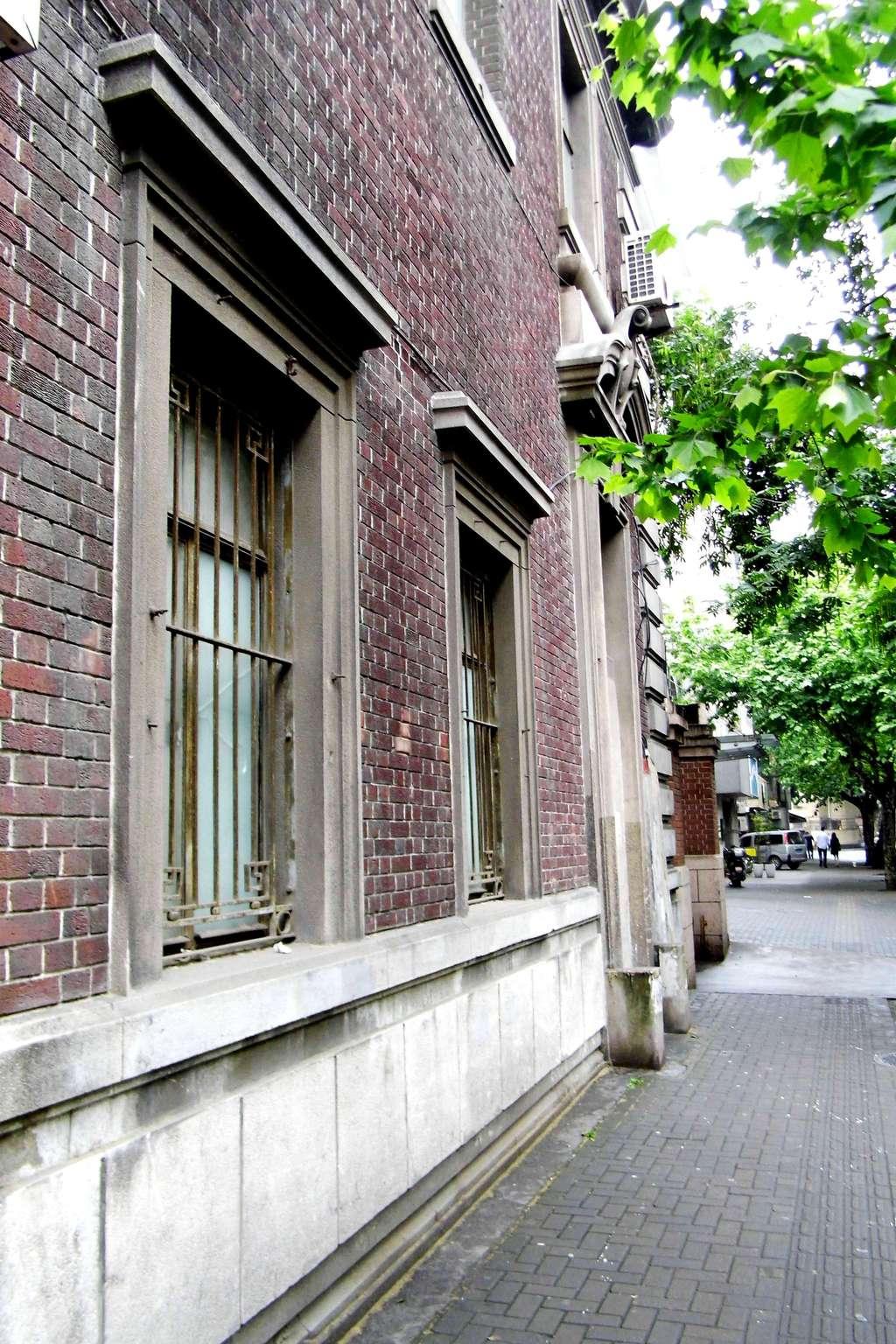 2013-5-18上海汾陽路、太原路、上海音樂學院 5曰18日,是古琴家、國際古琴學會會長喬珊在上音舉辦獨奏音樂會的日子。習琴半年有余,自然不能錯過。這天恰逢周六,上午下了半天雨,下午雖然收住雨勢,卻是水霧彌漫,嫩陰如夜。但趁此良機,正好在演奏之前逛一逛學院周邊的幾處老弄堂。 上海音樂學院建在汾陽路上,走在街道上,才知道它有多窄多小,多么不起眼。盡管如此,在昔日滬上,它卻是久負盛名。漫不說有這樣一座國內的頂級藝術學府坐鎮其間,便是遠在學院進駐之前,也已是名流權貴的長居地,眾多別墅洋樓紛紛入駐。1902年-