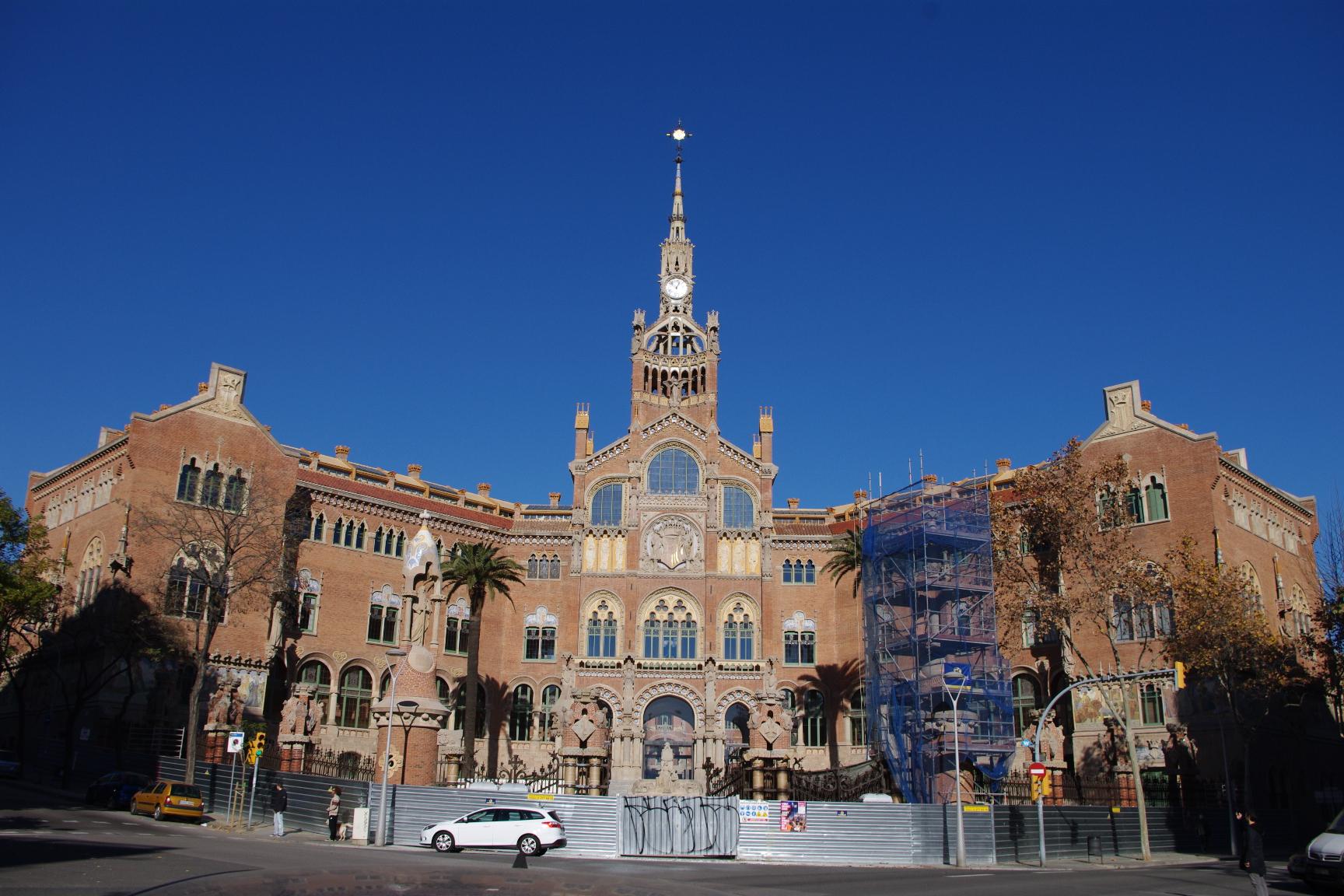 建筑和庭院中以历史题材的马赛克拼图和保罗加尔加略的雕塑作品装饰