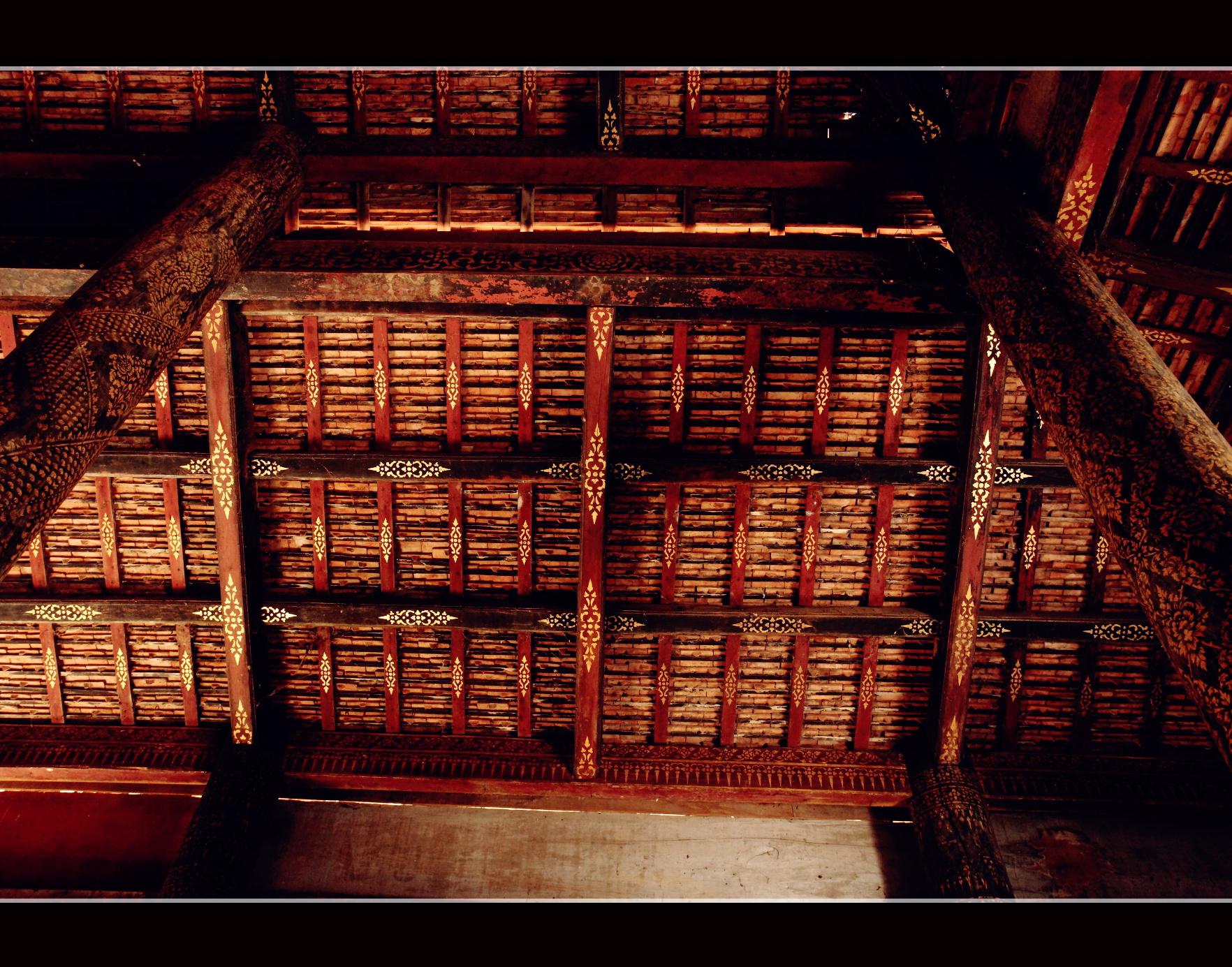 佛堂内部顶端,整齐排列的木结构