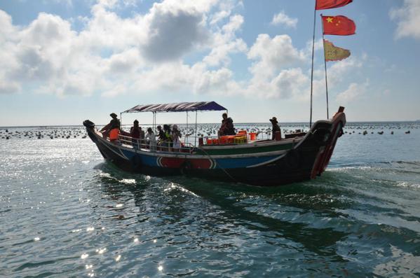 坐着小渔船,看着海上的风景
