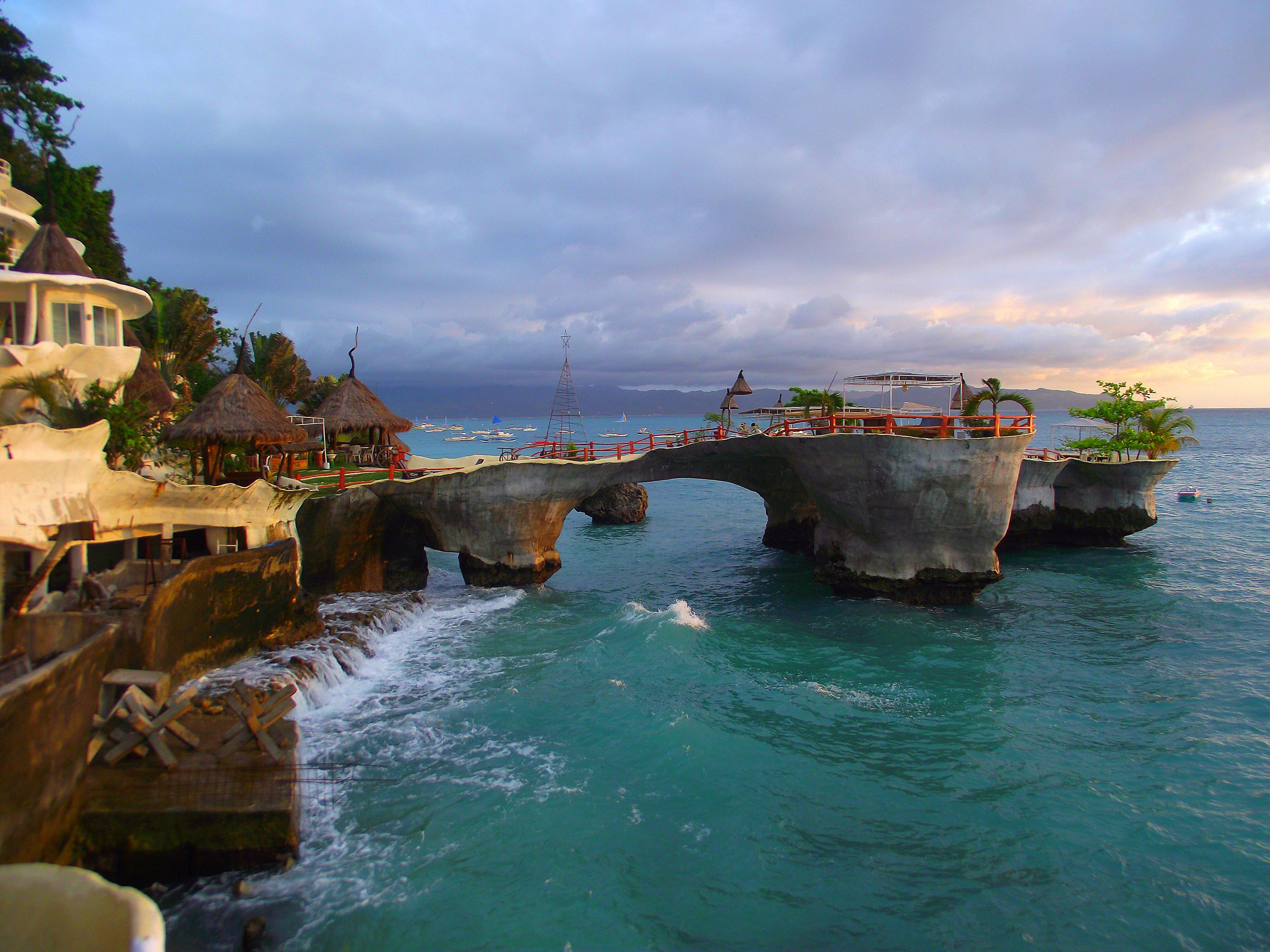 【i旅行】韋金勇:4天4000余元用英文9單詞細游菲律賓宿務、薄荷、長灘等9島6城鎮(下篇) 一、簡述 2013年11月28日12日1日4天里,我花了4000余元,6次飛行,用英文9個單詞,很仔細地游覽了菲律賓宿務、薄荷、長灘等9島6城鎮。 6次飛行:上海往返馬尼拉、馬尼拉往返宿務、馬尼拉往返長灘。 9島6城鎮:9島呂宋島、麥克坦島、宿務島、薄荷島、邦勞島、巴黎卡薩島、處女島、班乃島、長灘島。馬尼拉、宿務、塔克比蘭、長灘、卡迪蘭克、卡里波。 說是只會英文9個單詞,當然不止,也沒統計過,至少英語極差極