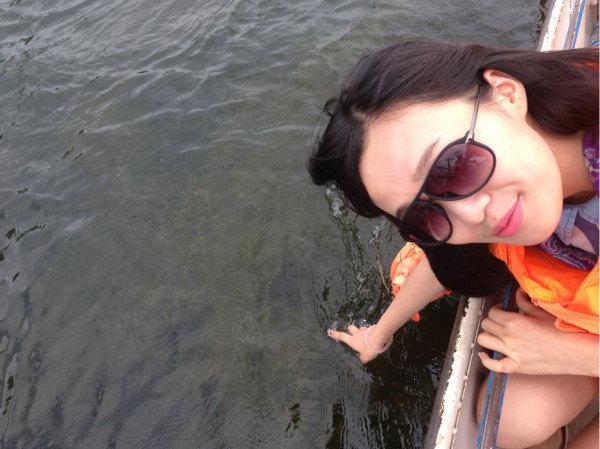 摸插水_蓝天白云~还有洱海的水痕清澈,伸手就可以摸到水草(但是要当心哦,水深