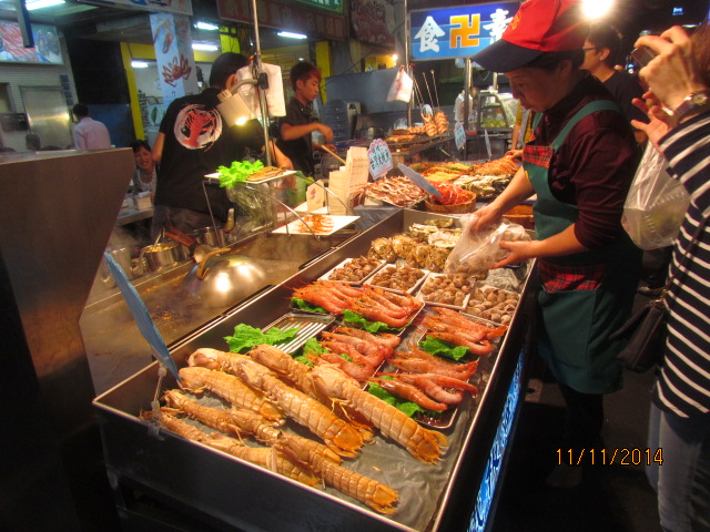 这个夜市以海鲜为主,喜欢吃海鲜的可以非常满足,有大大小小的龙虾,大图片