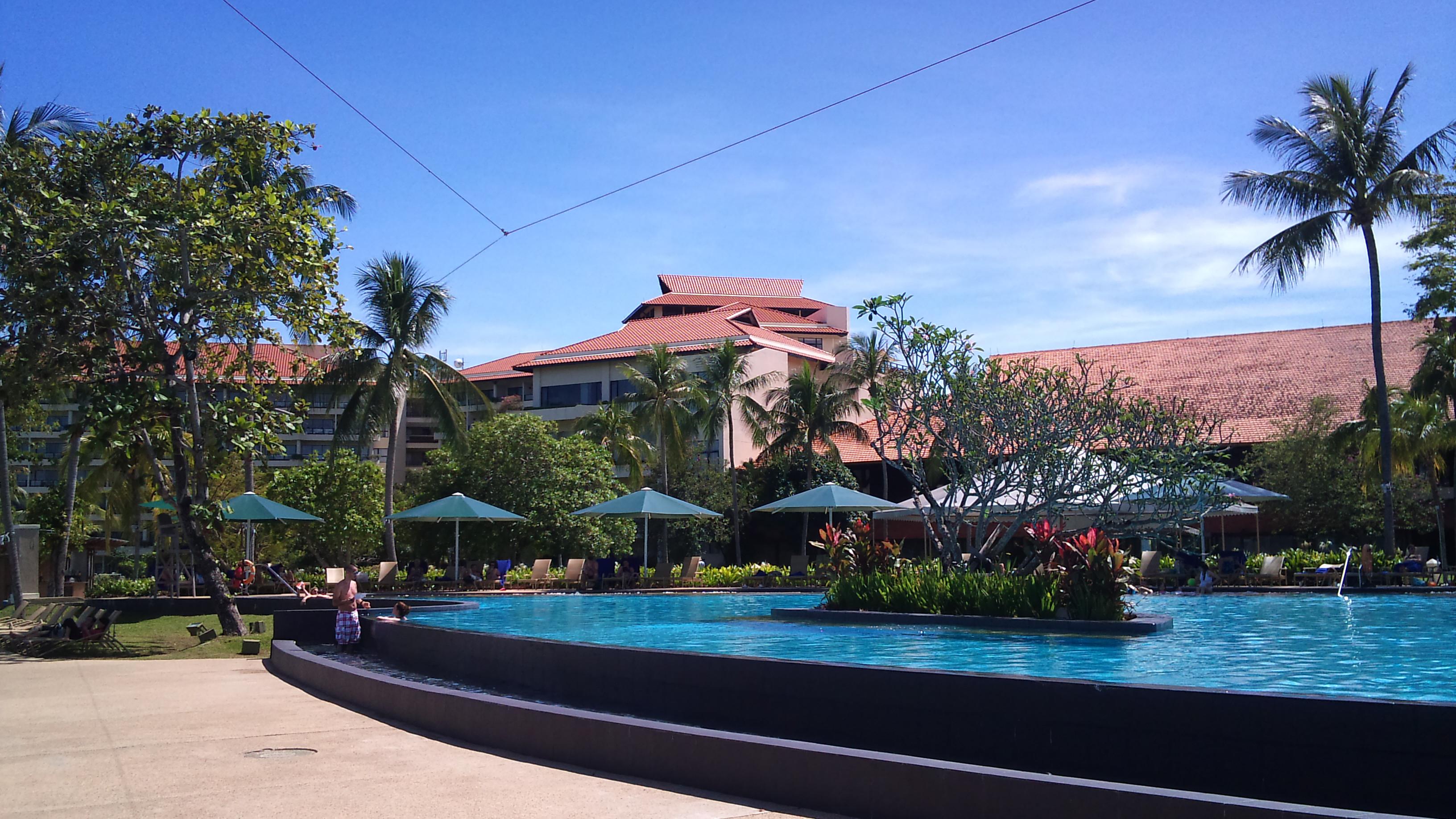 主泳池和儿童泳池连成一片,其配备的儿童水上游乐设施在度假酒店里算