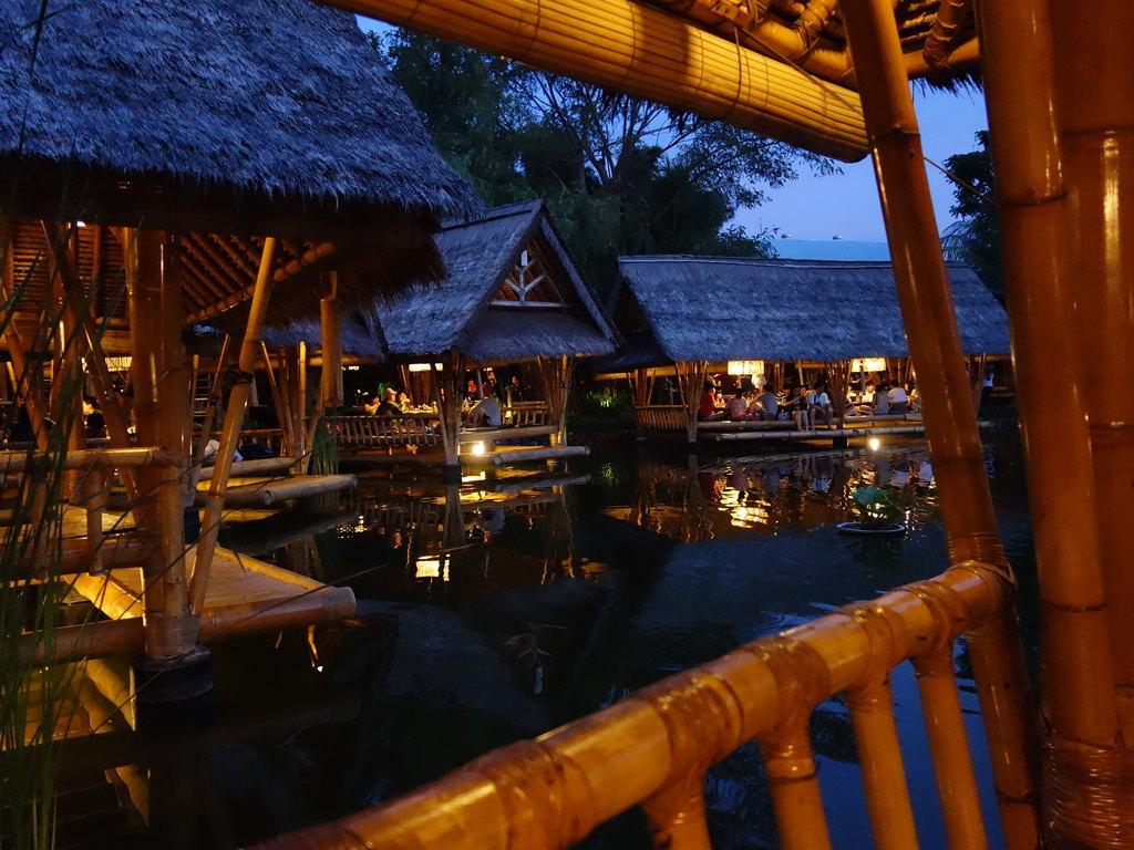 欣赏一下餐厅夜景:手机和相机拍摄的,应该好区别.