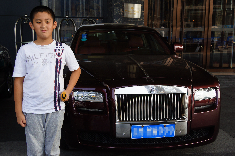 长沙万达文华酒店门前停放一辆劳斯莱斯,儿子持平江服务区买到的平江