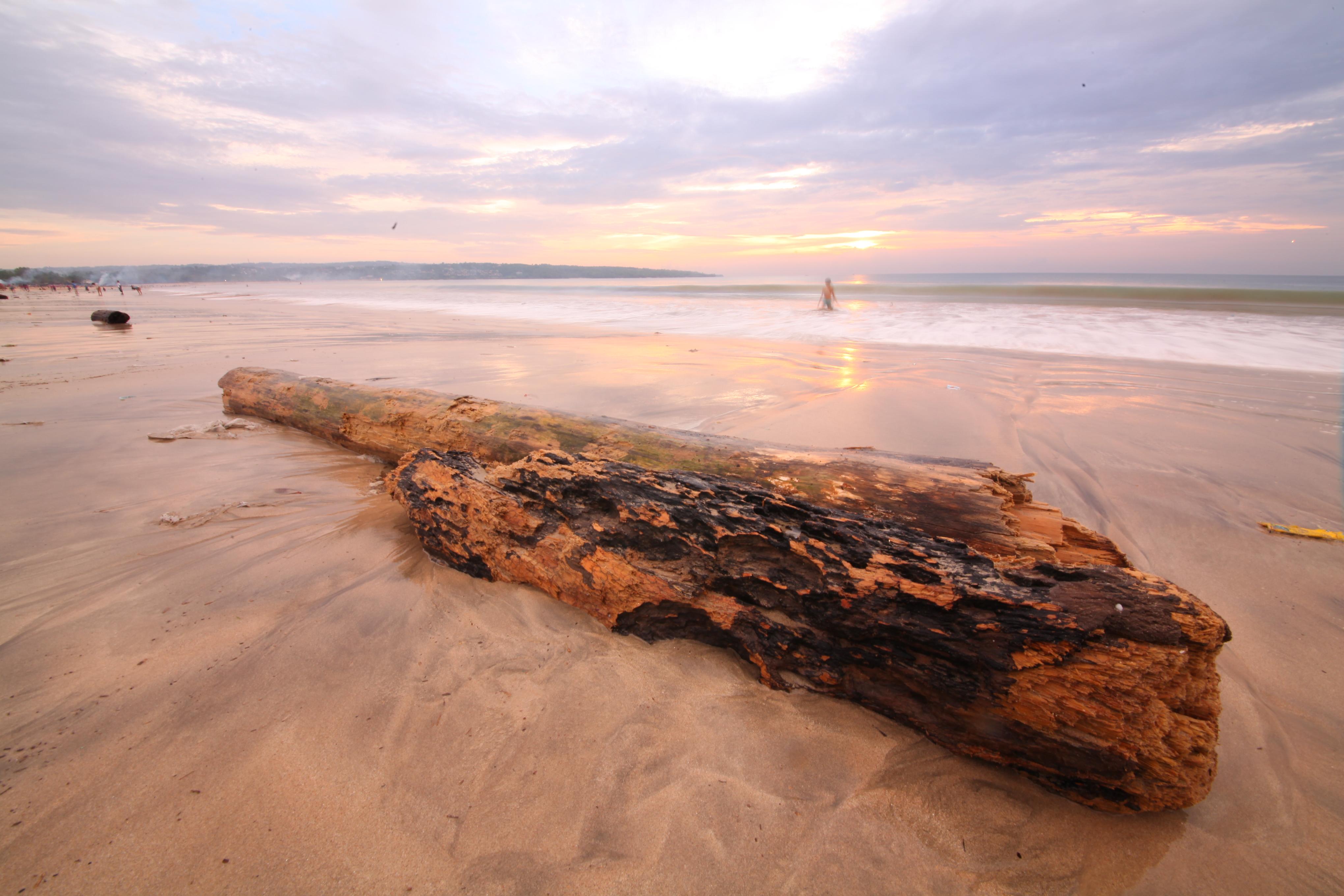 金巴兰海滩以其壮观的海上日落美景而闻名,被评为全球最美的十大日落之一。除了大名鼎鼎的日落海景,傍晚时遍地的露天海鲜大排挡也是金巴兰海滩的一大特色。你可以一边观赏落日、一边享用海鲜烛光晚餐。 全球最美的十大日落之一 狭长的海滩似乎没有终点,陆地随海滩缓缓地时现时隐,造就出热带森林葱茏掩映下的绝佳休憩之处。面对着无尽的海洋,每当夕阳西下,落日就像沉入大海一样,短暂却无比美妙和壮观。天色暗下,行人如剪影,又是另一幅风景画。如果你预算充足,也可以住在海滩附近的豪华度假酒店,在私人泳池里享受海湾美景,金巴兰拥有多家