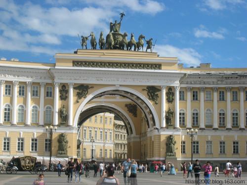 在冬宫对面,广场的南部设计为弧形(在18世纪后期).图片