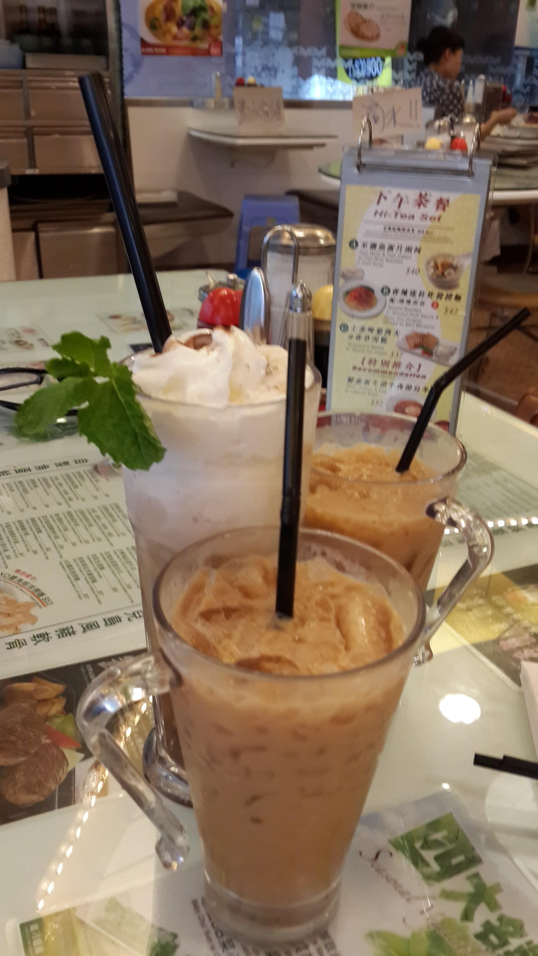 很早就聽說這樣一句話:來香港沒吃過蘭芳園,就等于沒到過香港。那麼既然到了香港是一定要去品嘗一下的了,看看這里究竟有哪些天下無雙的美味。進店不客氣的先點招牌鎮店之寶,絲襪奶茶。說實話,蘭芳園的奶茶好喝的秘訣是由于選料獨到,要經三衝三泡才能端上您的餐桌。最後給大家提個醒,經營了57年的蘭芳園由于生意火爆,爆棚是常事,不設訂座,要嘗鮮可得趕早!至于其他的茶點心你懂的,隨便點,幾乎都很好吃啦,比如豬油包等等