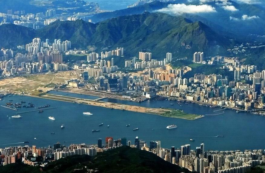 香港啟德機場 香港啟德機場是世界十大危險機場之一,但是也是世界最安全的機場。因為地理條件的限制,所以起落飛機具有危險性,所以是世界十大危險機場之一。但是正因為如此,所以飛啟德機場的飛機師都是非常有經驗的,所以絕少發生空難,所以也可以成為世界最安全的機場。 啟德機場只有一條伸入維多利亞港內的跑道,在九龍灣填海而成。在跑道與東面觀塘之間有一條狹窄的水道相隔,而跑道的盡頭就是高山和民居。機師在降落時,看到格仔山上的巨型方格,就要把飛機轉向,准備降落。由于地理環境的局限,令飛機升降啟德頗具挑戰性,再加上機場附近因