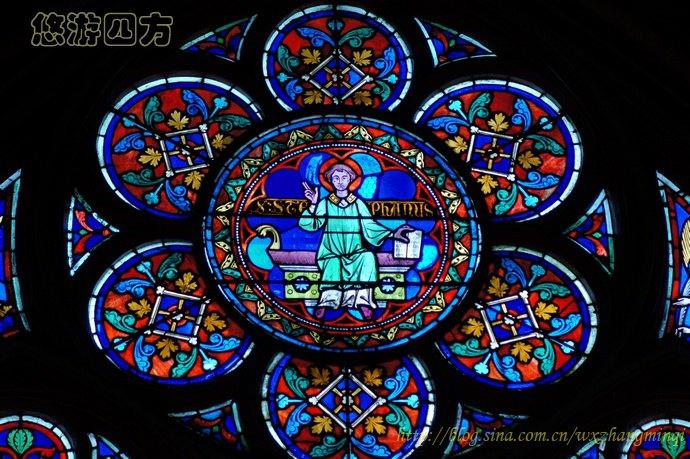 这些色彩斑斓玻璃彩绘,主要题材是圣经上的故事。艺术家们运用最光鲜的色彩向教堂内的芸芸众生讲述圣经中从创世记到末日审判的救赎故事。在那个文学还没有被广泛传播的时期,这种传播方式向有信仰的人们直观展示了他们听说的故事。教徒们可以通圣经故事过窗户上的那一幕幕画面:以撒的献祭,摩西横渡红海,耶稣的诞生,最后的晚餐以及圣安东尼勇斗群魔等,感同身受地体会耶稣的救赎,深深地沉浸在对宗教的沉思冥想之中。也向没有信仰的人们灌输了天主神圣力量的伟大,让他们从视觉的感官中体会教会传诵的圣经故事,感受灵魂的救赎,渴望通往天国,