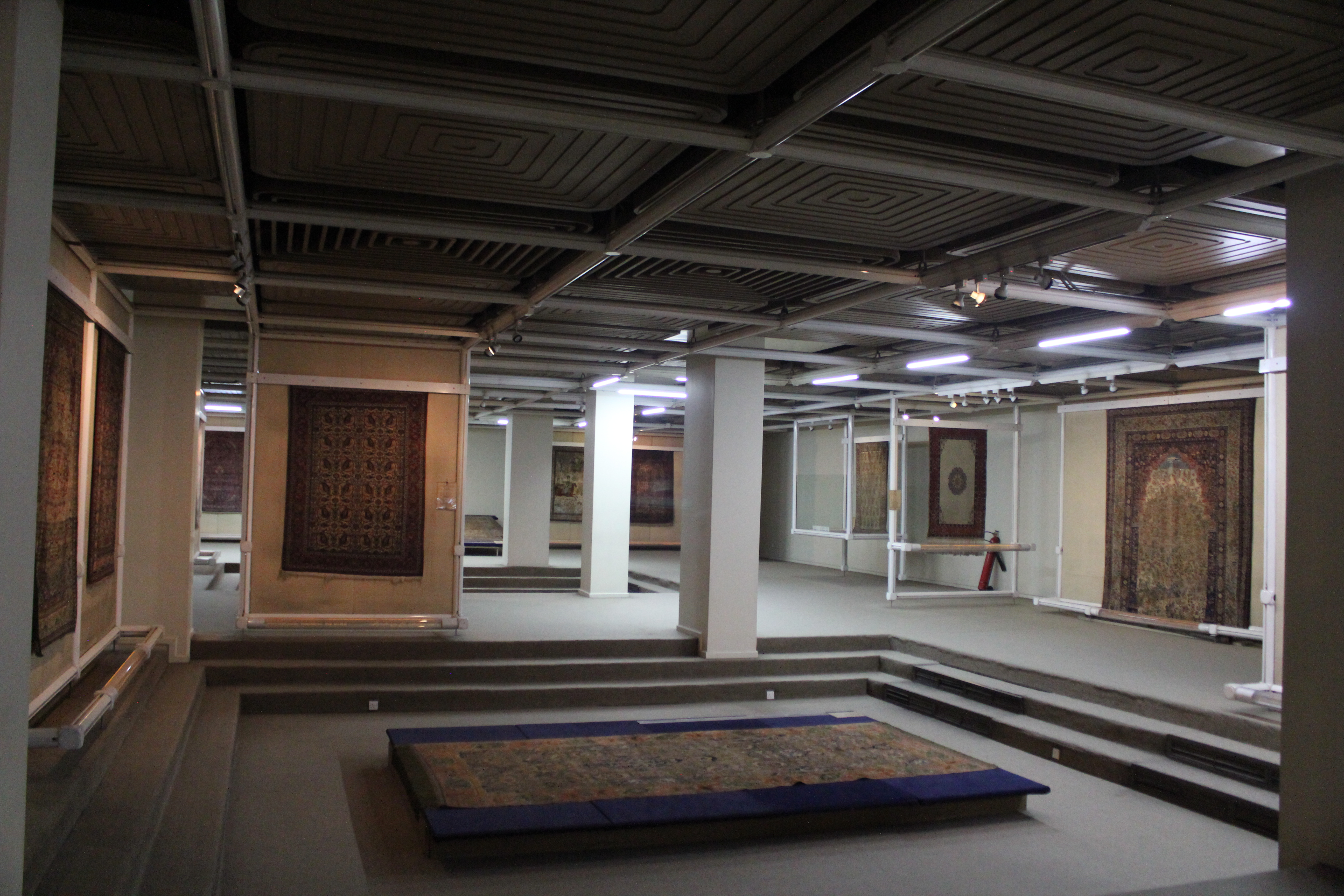 伊朗被认为是地毯编织艺术的发源地,地毯不仅代表着伊朗悠久浑厚的