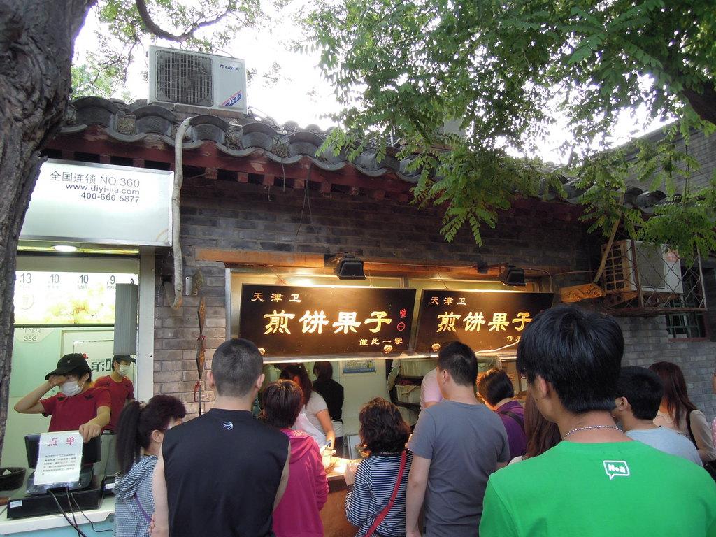 人气特别旺的煎饼果子店,排很长的队