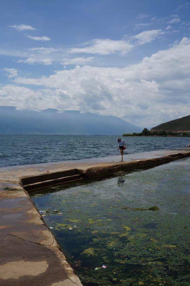 洱海位于大理古城东侧,青葱的苍山脚下,水色蔚蓝,以无敌的山水美景和湖滨独具风情的各个村镇而闻名于世。下关风,上关花,苍山雪,洱海月,洱海是大理四大名景之一,来大理,洱海不得不去。  沿湖人气村落 #双廊# 洱海边最著名的是东岸的双廊,这里可以欣赏到无敌的湖景,阳光透过云层,折射在湖水上,形成了洱海神光,以连绵的苍山为背景,是摄影爱好者最想捕抓的极品镜头。拿起相机,来这里拍摄风景大片非常不错。  #才村# 才村是距离古城最近的海边村庄,位于洱海西岸。这里是电影《心花怒放》的取景地,电影中的一望无际的田