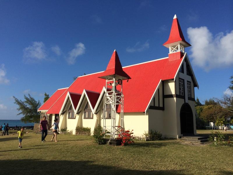 这里的环境太美好了,幽静很私密的教堂!大海环抱的教堂不多见呀这座年岁已高的白墙、红顶教堂(法国人在殖民地时期建造的红色屋顶的Auxiliatrice圣母院教堂),所以这几天都在保养维护阶段,周围都搭建起了脚手架,不过依然不影响它的美,四周环抱碧海蓝天,幽静到只闻海浪扑打声~!