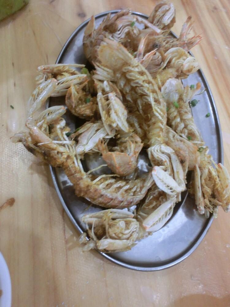 从小就爱吃皮皮虾,来到三亚之后发现,这边的皮皮虾比我家乡的大上一倍,吃起来口感更好了,而且小海螺家的尤其好吃,椒盐和皮皮虾简直是绝妙的组合。当然还有辣炒和乐蟹,和乐蟹是海南十大名菜之一,辣炒和乐蟹也是小海螺的一道特色菜,三亚的和乐蟹,蟹黄满满的,加工后仍然很新鲜,自己品有海鲜本身淡淡的鲜味。辣炒的很入味,没有辣到过分,却辣的很过瘾,包你吃过一次就想第二次。