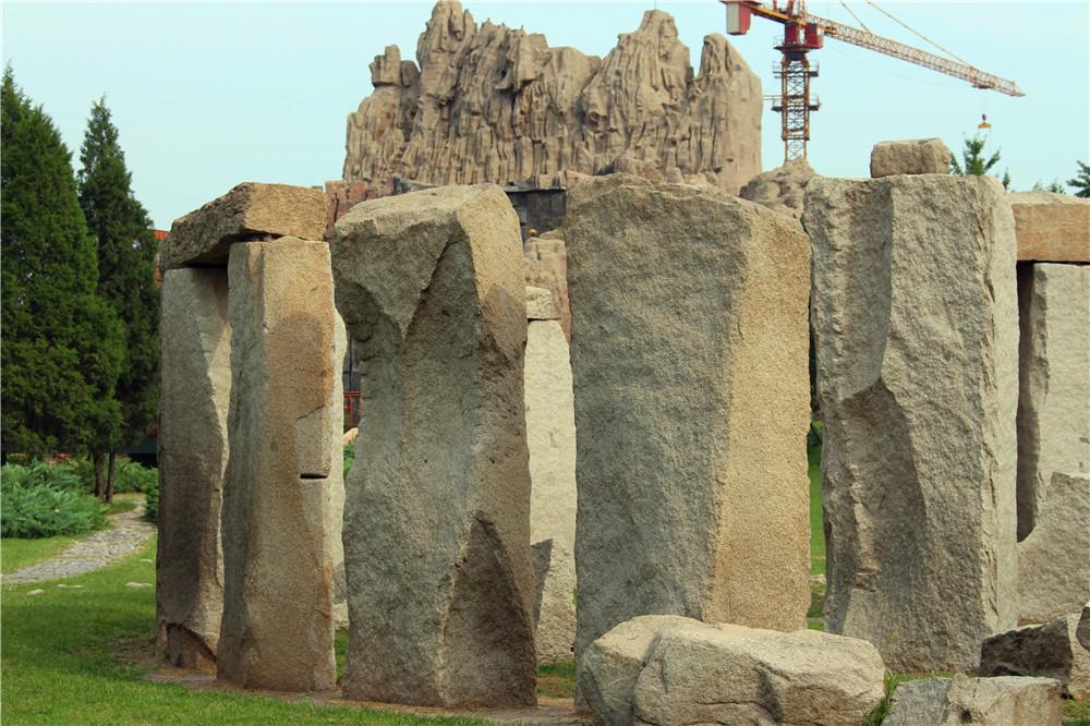 巨石阵也叫圆形石林,位于距离伦敦大约130公里的一个叫苏尔兹博里的地方,那里的几十块巨石形成一个大圆圈,其中一些石块有六米之高。据估计,这个巨石阵已经在这个一马平川的荒原上矗立几千年了,可是却没有人确切知道当初建造它的目的到底是什么。一些科学家认为,巨石阵是早期英国部落或宗教组织举行仪式的中心。还有一些专家认为,那里是观察天文的地方,很可能在季节变化之际在那里举行各种各样的活动。巨石阵是人类早期留下来的神秘遗迹之一,科学家经过多次详细的考察之后,已经大概估计出它建造的年代和建造过程:巨石阵可能最早在四五千