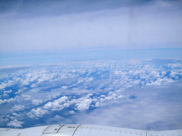 飞机起飞了,窗外的风景一直在变,1个多小时后,直到远远看见了一块镶嵌