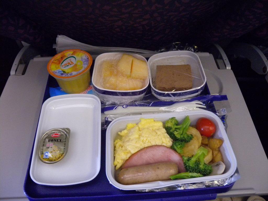 上面照片是飞机起飞一小时后东航的晚餐正餐.
