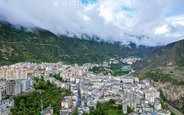四川一县城小如乡镇,却有座东方圣山,还是世界遗产,很适合避暑