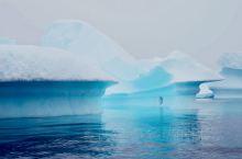 南极半岛上,有很多的峡湾、穿行在航道中间,南极特有的冰架、冰山,冰块,不停的向你涌来、形态各异的,幽