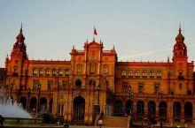 西班牙几乎每个城市都有西班牙广场,但可以说''塞维利亚西班牙广场''是这个国家最大最美的广场。192