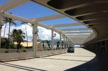 夏威夷门户,环境优美建筑堪称景点的火奴鲁鲁国际机场。有发达的航空航线网络,浩瀚太平洋中的夏威夷群岛不
